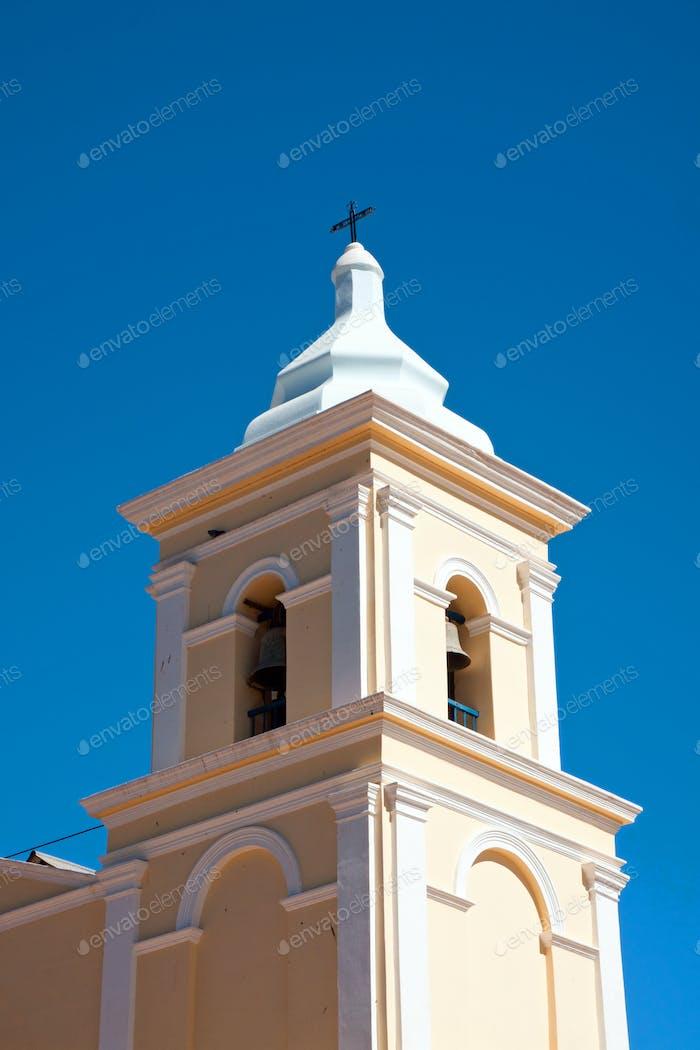 Turm einer ländlichen Kirche