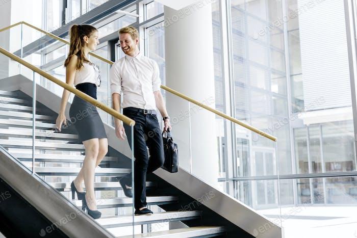 Geschäftskollegen sprechen auf Treppen