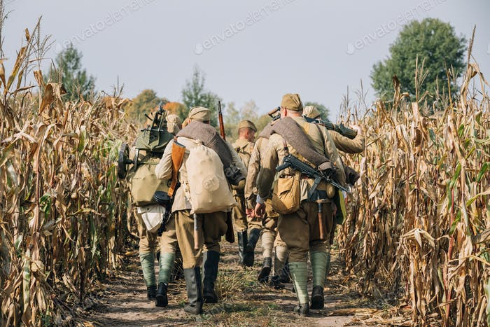 Reenactors Männer als russische sowjetische Rote Armee Infanterie Soldi gekleidet