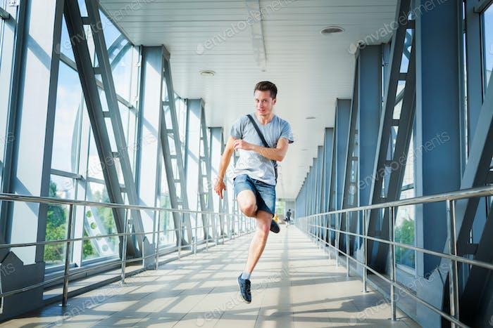Hombre alegre saltando en el puente