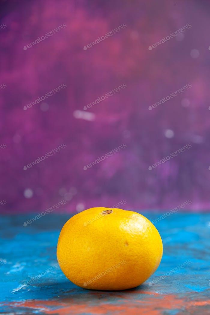 vista frontal mandarina fresca sobre fondo de colores cítricos naranja foto jugo de color naranja