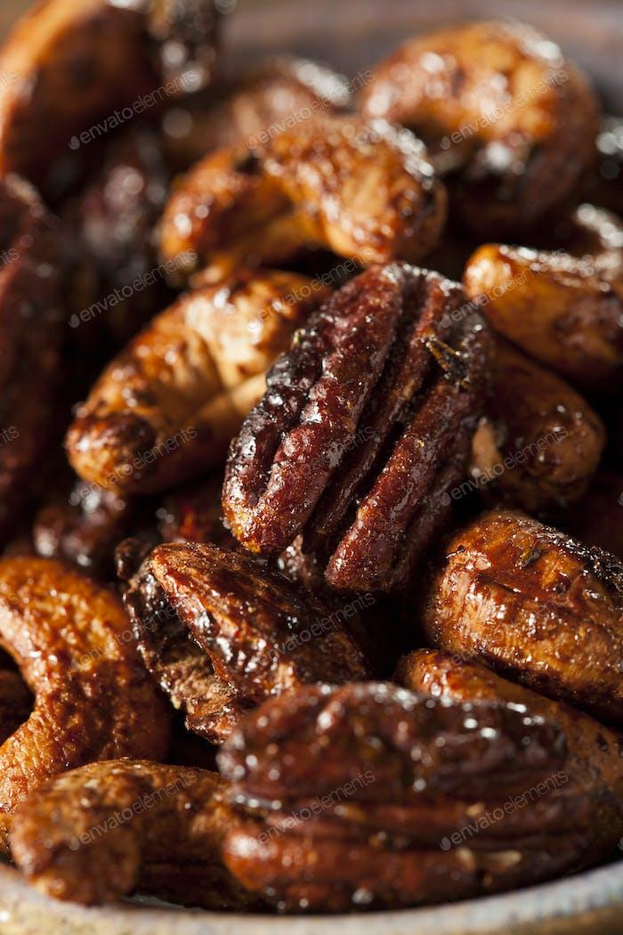 Braune kandierte karamellisierte Nüsse