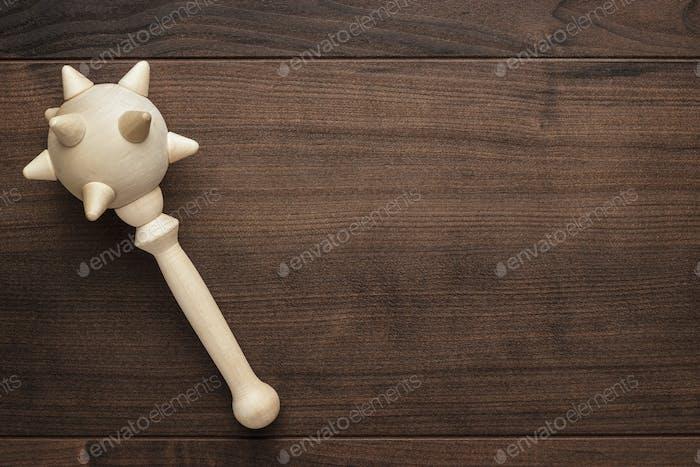 Holzspielzeug Streitkolben auf dem Tisch