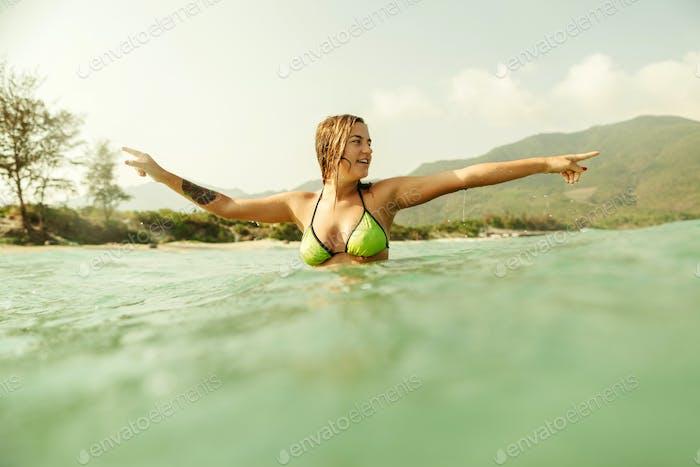 sexy Bikini Mädchen schwimmen Meer Wellen vintage Ton