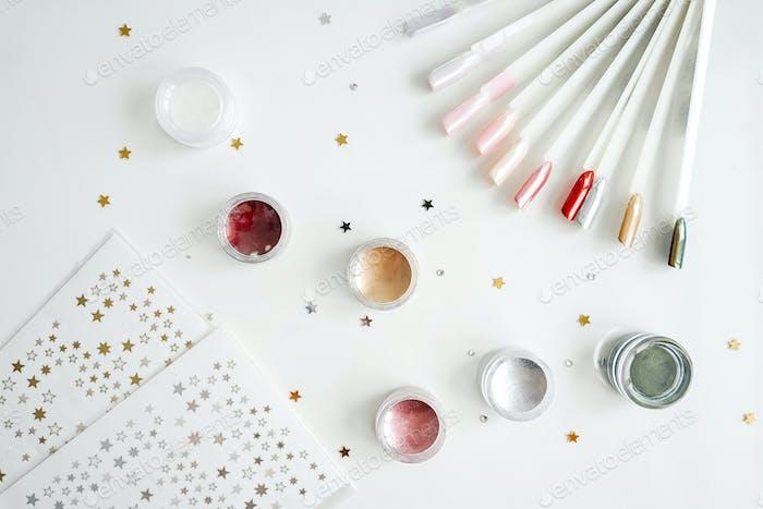Mehrfarbige Palette von Nagellacken auf Weiß.