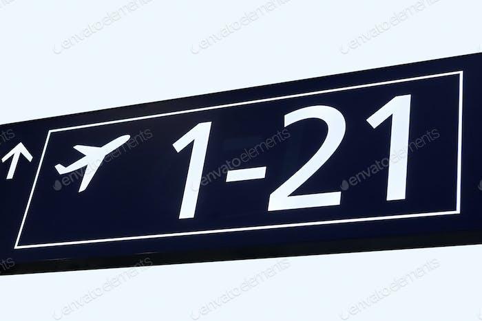 Abfahrtsinformationssignal am Flughafenterminal. Reisehintergrund. Horizontal