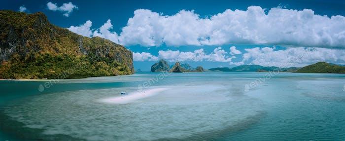 Palawan, Philippinen. Panorama-Panorama-Bild von Sandbar mit einsamen Touristenboot in