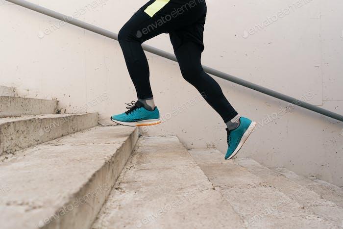 Junger Mann Beine tun Intervall-Training auf der Treppe