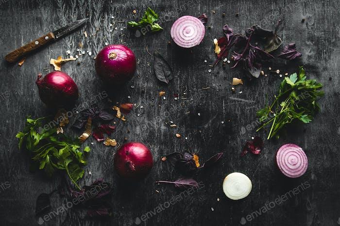 Zwiebeln auf schwarzem Holztisch Hintergrund