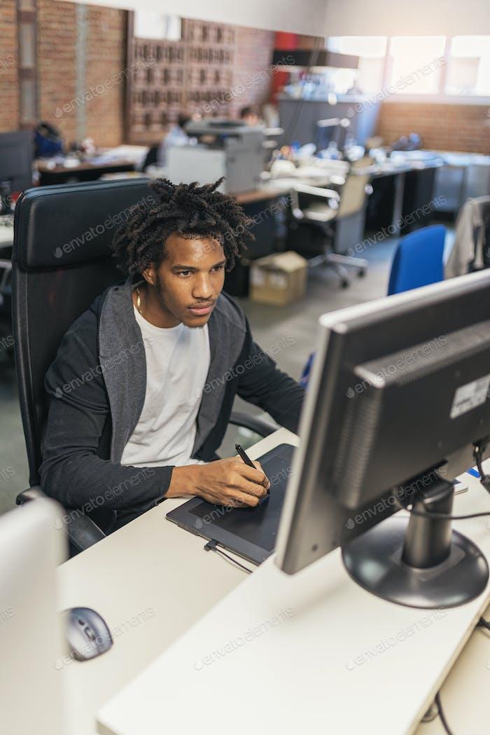Geschäftsmann, der in Büroarbeit arbeitet.