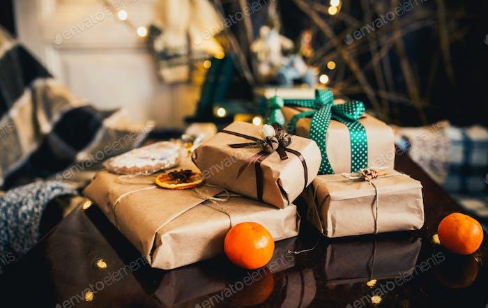 Schöne thematische Geschenke liegen auf Holztisch
