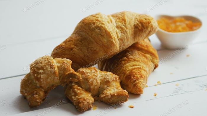 Haufen frischer Croissants