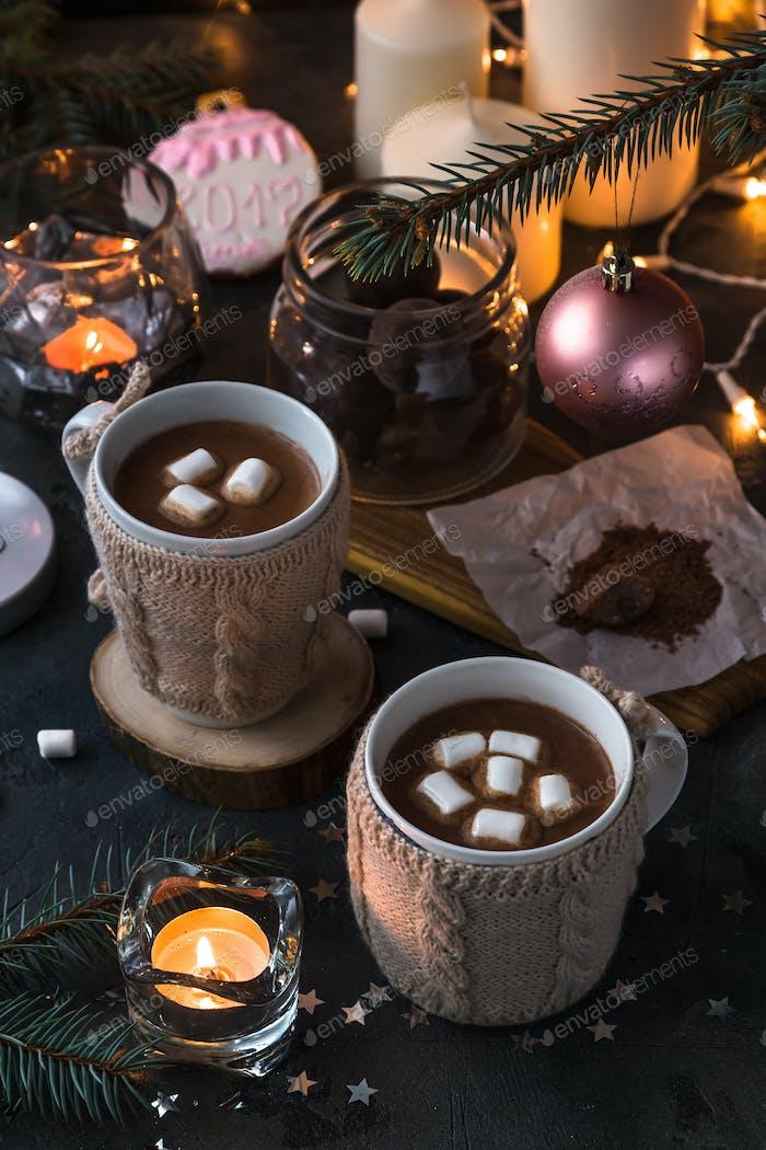Deux tasses en mitaines tricotées de cacao chaud frais ou de chocolat