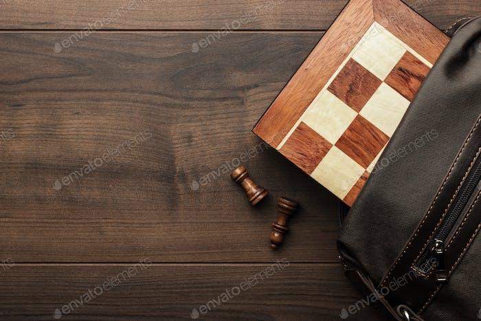 Schachbrett mit figuren in der braunen tasche