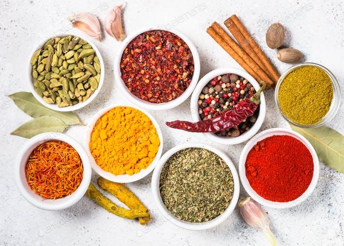 Farbige indische Gewürze auf weißem Tisch