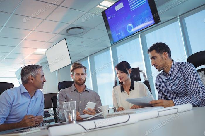 Kippbild von Geschäftsleuten, die im Büro diskutieren
