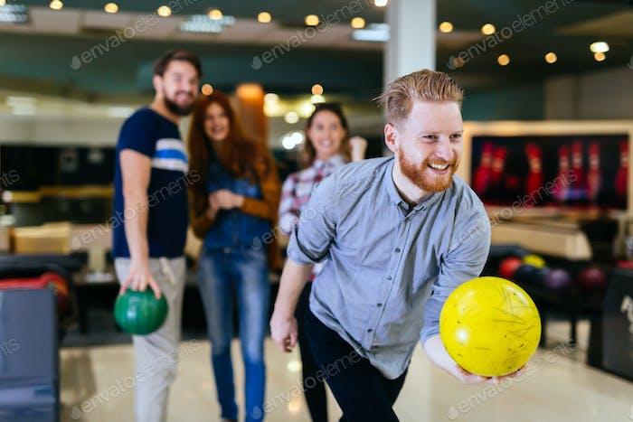 Freunde Bowling im Club