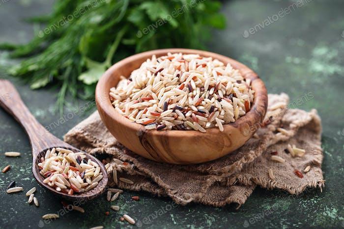 Mischung aus braunem, rotem und wildem Reis in der Schüssel