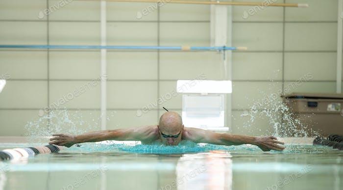 Seniorensportler Schwimmen