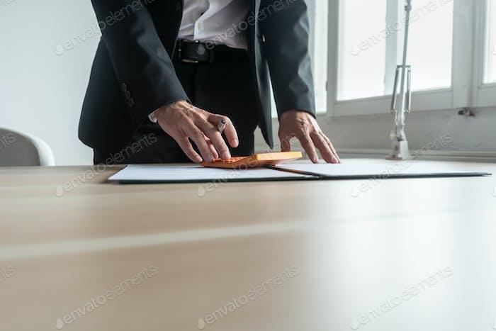 Финансовый консультант делает быстрые расчеты