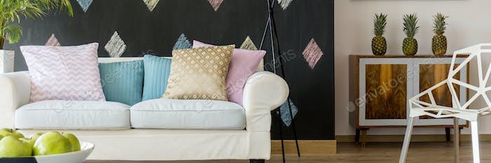Sofá blanco con almohadas pastel