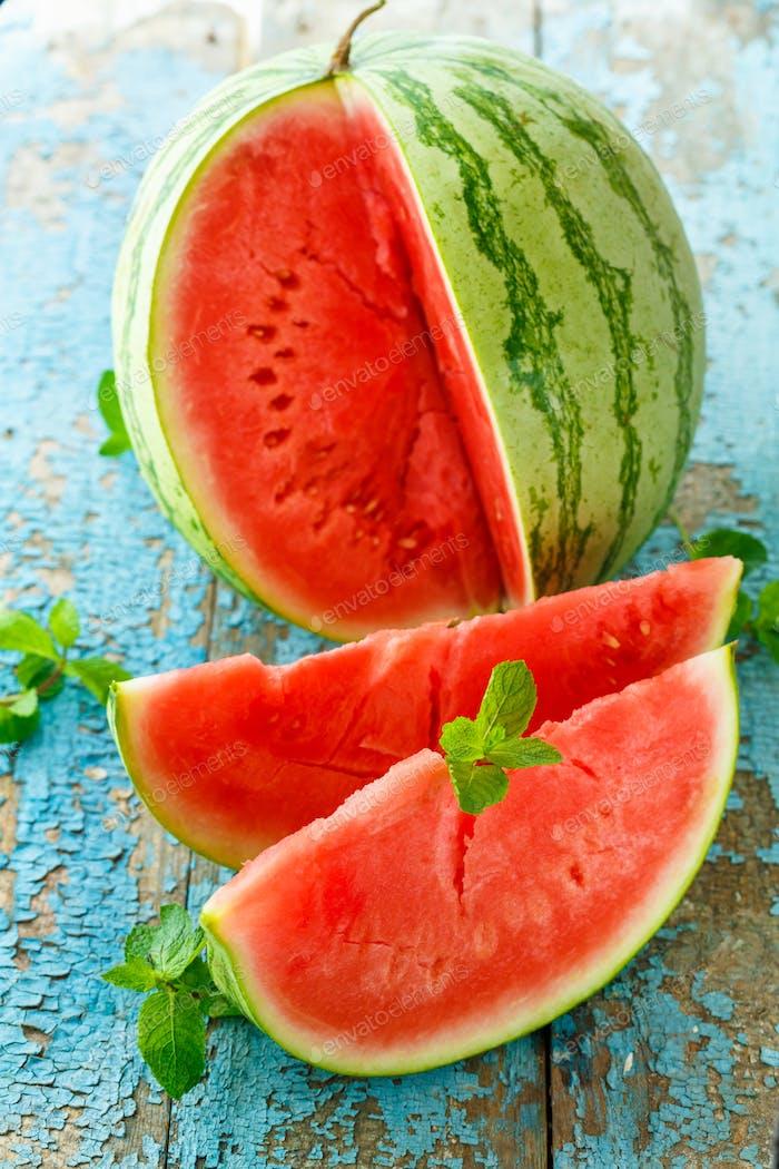 Frische Wassermelone in der Nähe auf dem Tisch geschnitten