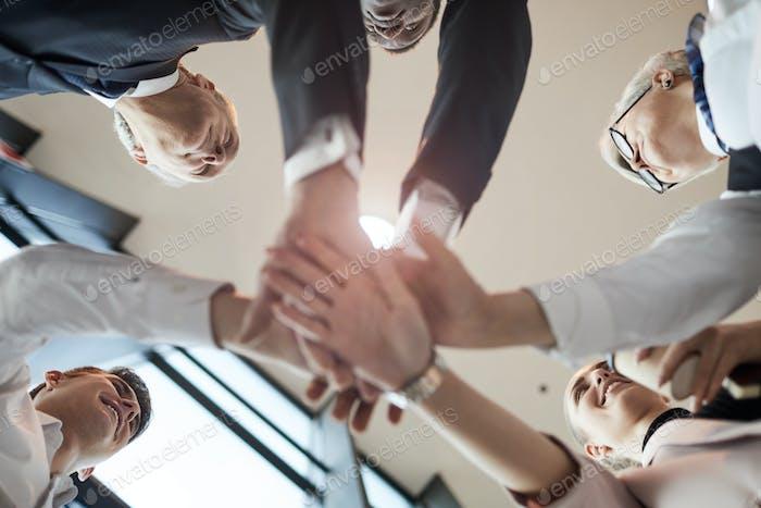 Geschäftsleute, die miteinander kooperieren