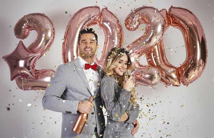 Liebevolles Paar feiert Neujahr