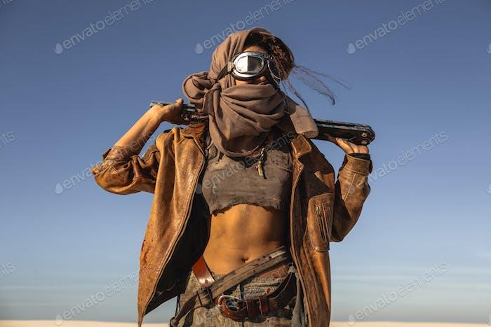 Post-apokalyptische Frau im Freien in einem Ödland