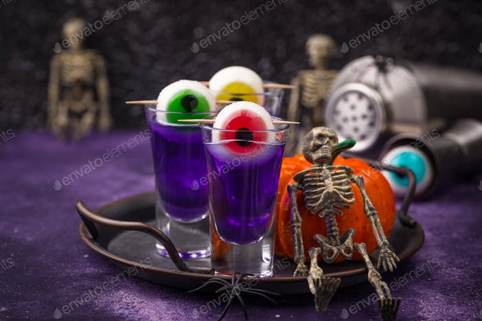 Halloween lila Cocktail mit Augen