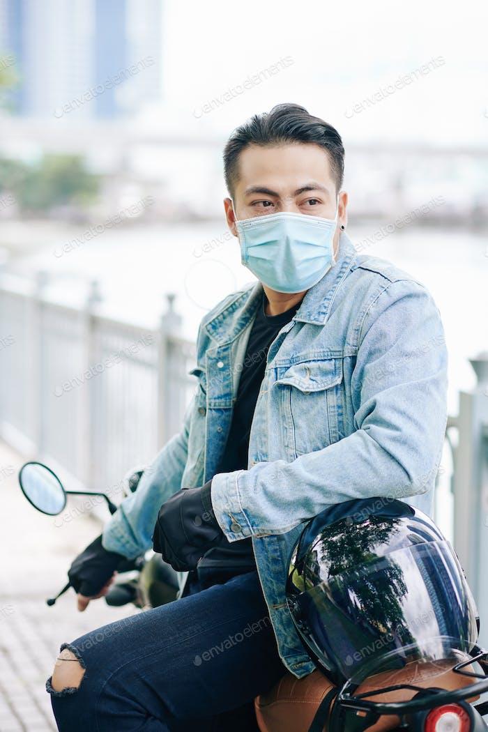 Motociclista en máscara médica