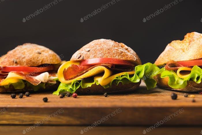 cerca de sándwiches con queso y verduras