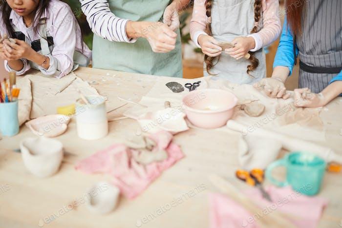 Niños Creando Cerámica hecha a Mano