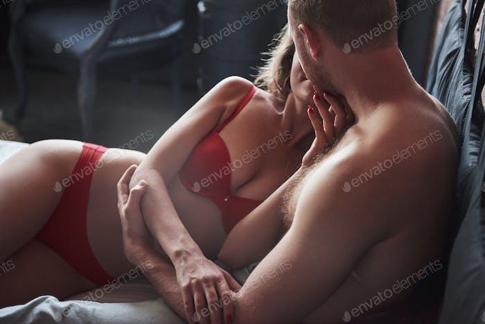 Attraktive junge Liebhaber haben Paare, die zusammen im Bett spielen und sexy Dessous in einem Hotelzimmer tragen