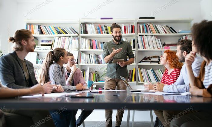 Geschäftstreffen, Brainstorming und Teamwork von Geschäftsleuten im Büro