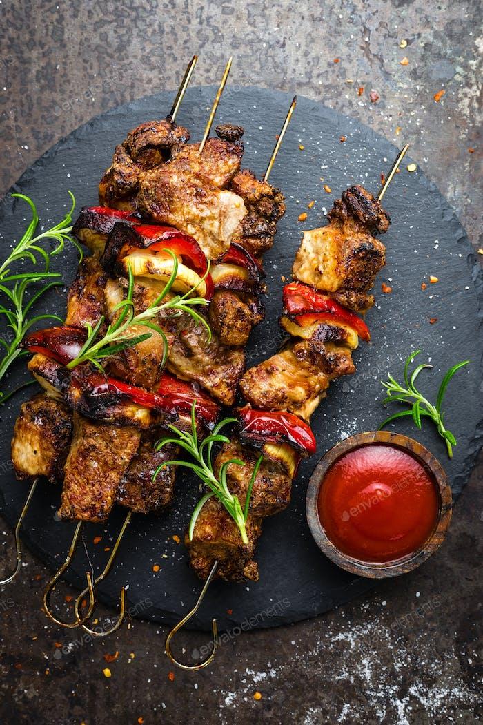 Gegrillte Fleischspieße, Schaschlik mit Zwiebel und Paprika
