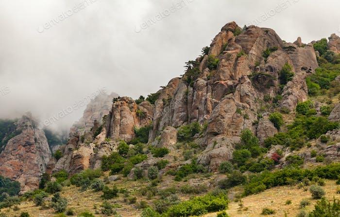 Wolken, die unter dem Gipfel des Berges
