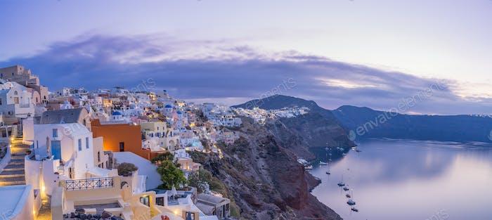 Stadtbild von Oia, traditionelles griechisches Dorf von Santorini,
