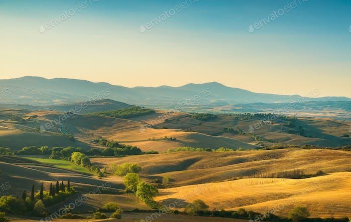 Toskana Landschaft Panorama, sanfte Hügel und Felder bei Sunris