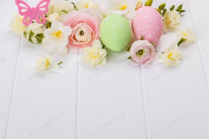 Ostereier mit Ranunkelblüten