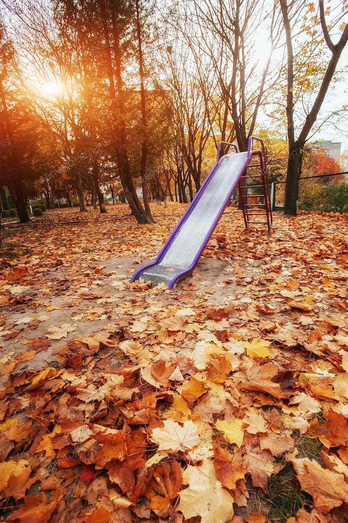 parque infantil de colores cerca del jardín de infantes