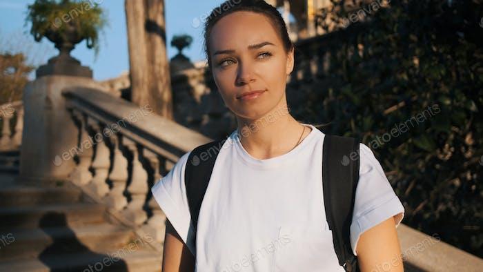 Attraktive sportliche junge Frau ruht auf Treppen im Stadtpark