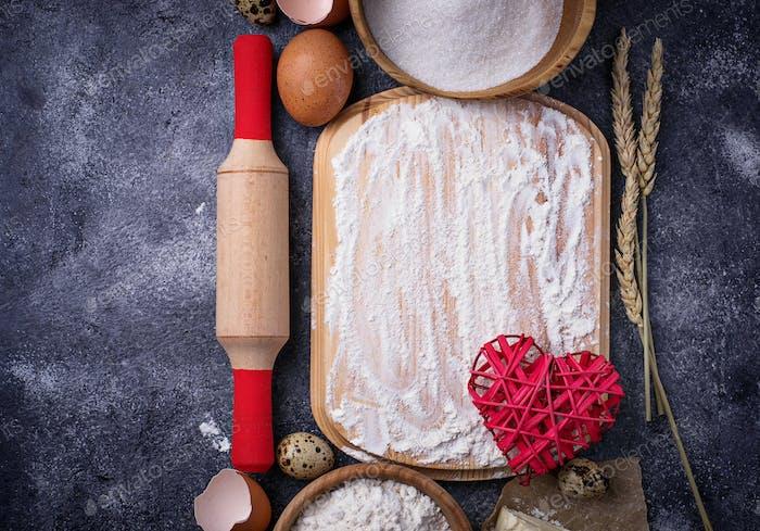 Zutaten zum Backen. Ei, Mehl, Zucker und Butter