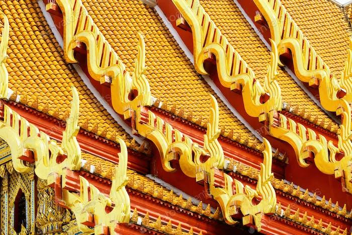 Traditionelle Tempeldachneigung in Thailand