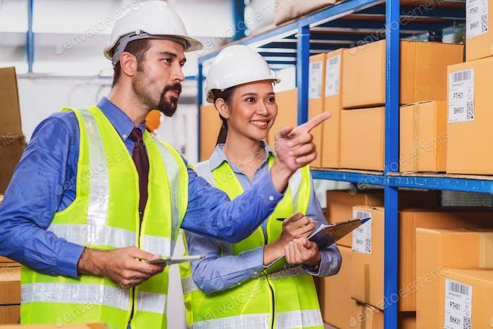 Gerente de trabajador de almacén asignar y comando a asistente de la mujer gerente
