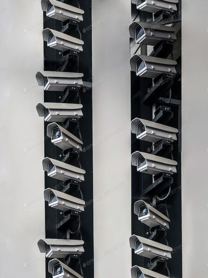 Wand voller Überwachungskameras