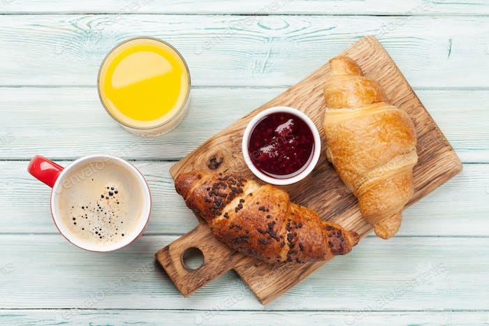 Frühstück mit Kaffee und Croissants