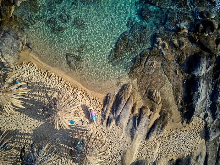 Mann in Liege auf einem Strand Luftbild
