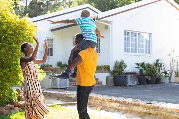 Afroamerikaner Familie verbringen Zeit zusammen in ihrem Garten.