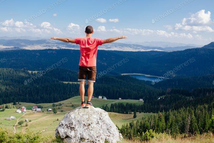 Mann reisen Landschaft allein